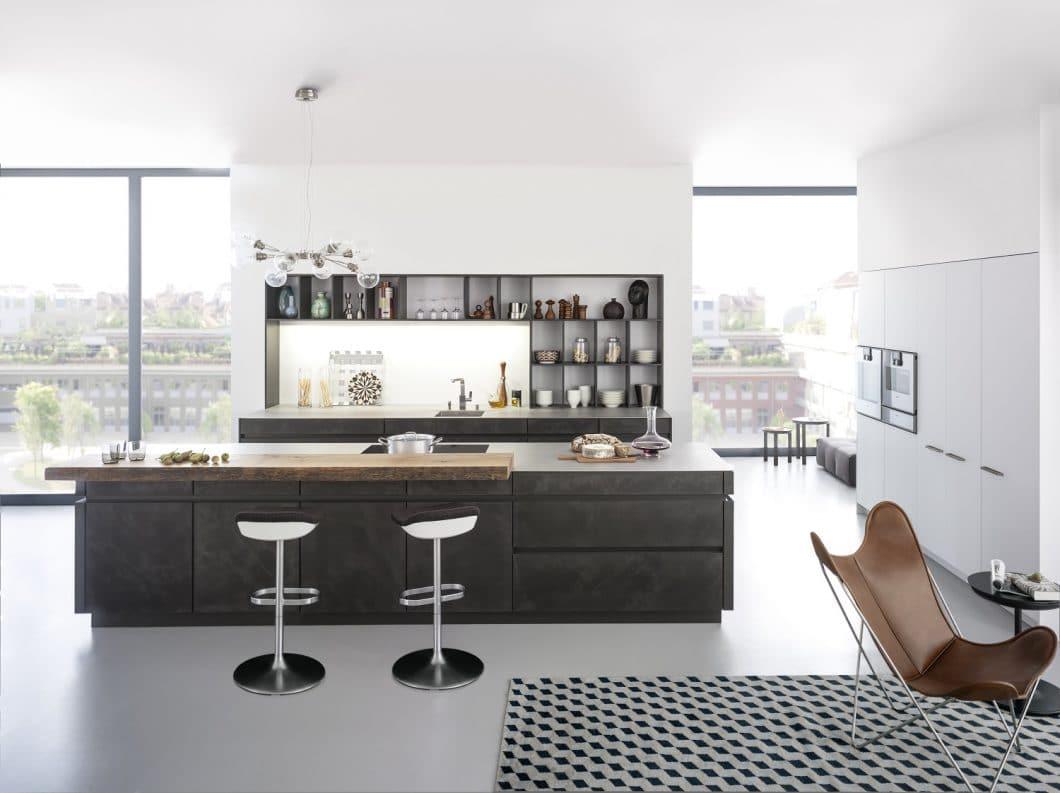 Hauptziel bei der Renovierung der Küche ist das Öffnen der Kochstelle hin zum Wohnbereich. Ein weiteres Ziel ist die Schaffung von besser geordnetem Stauraum. (Foto: LEICHT)