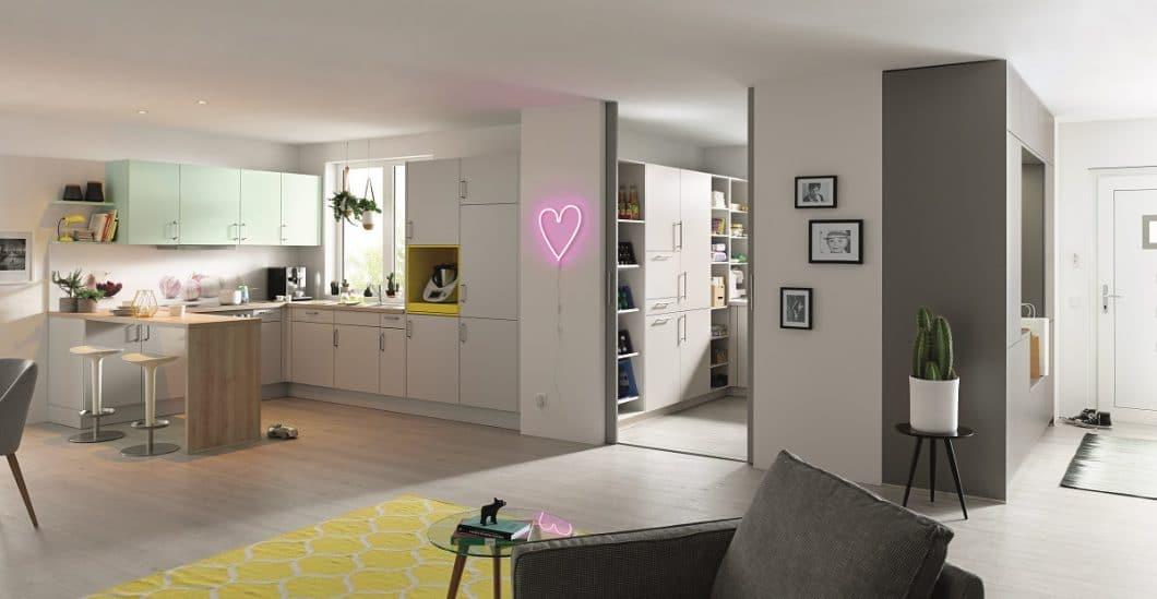 Glück hat, wer über großzügige Räumlichkeiten verfügt und nicht nur einen Schrank, sondern gleich einen ganzen begehbaren Hauswirtschaftsraum neben der Küche installieren kann. (Foto: Schüller)