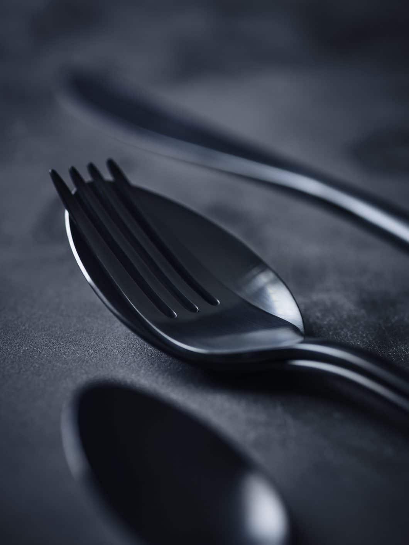 Das Design des Table Noir for 108 ist besonders - nicht nur in ästhetischer Erscheinung, sondern auch in der Funktionalität. Löffel und Gabel lassen sich beispielsweise kompakt ineinanderlegen. (Foto: Table Noir)