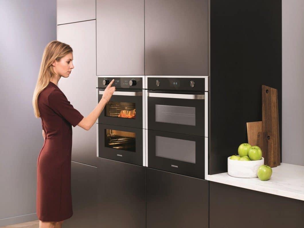 Der Samsung Dual Cook Flex-Backofen lässt seine Nutzer zwei Gerichte gleichzeitig zubereiten - ohne, dass Geschmack oder Geruch aufeinander abfärben. (Foto: Samsung)