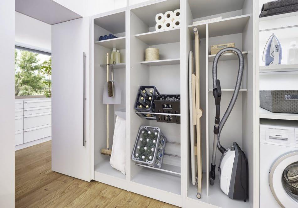 Platz für Staubsauger, Besen, Getränkekisten & Co.: Die cleveren Schränke der Küchenhersteller ersetzen Abstellkammern in kleinen Wohnungen mit einem durchdachten Stauraumsystem. (Foto: LEICHT)