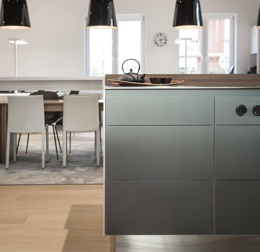 Das Studio überzeugt in seinen Kundenreferenzen wie auch in seiner Ausstellung von klug konzipierten Küchenräumen, die modern, elegant und funktional zugleich angelegt sind. Individualität wird hier großgeschrieben. (Foto: Dross & Schaffer Ingolstadt)