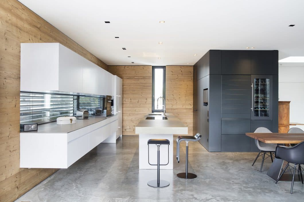 Das harmonische Küchenbild setzt sich aus Material- und Farbgegensätzen zusammen. Ein moderner, wohnlicher und anmutiger Küchenraum, der zurecht als Unikat eine Auszeichnung verdient hat. (Foto: Küchenkunst Einbaukunst)