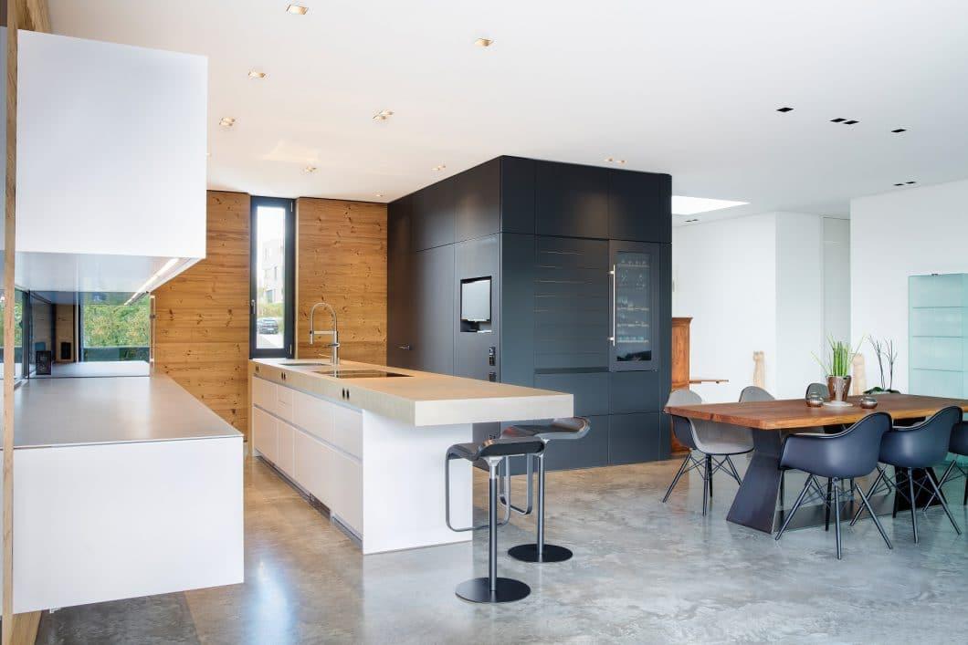 Kochen, Stauraum, Essen: Die drei Bereiche haben ihre leicht separierten Bereiche im Raum und wirken doch harmonisch-offen im Gesamtbild. (Foto: Küchenkunst Einbaukunst)