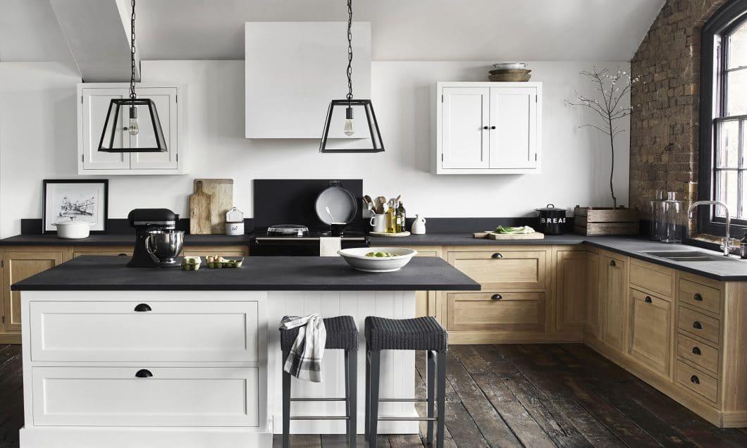 Henley ist die traditionelle countryküche mit breiten schubladen abgerundeten küchenschränken und solidem eichenholz