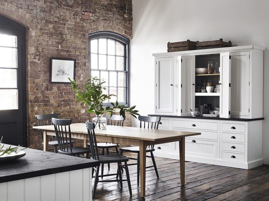 Das Küchenbord hat schon früher funktionale Aufgaben für Stauraum und Vitrine abgedeckt. Dank Neptune kann es ideal zum Küchenstil kombiniert werden. (Foto: Neptune)