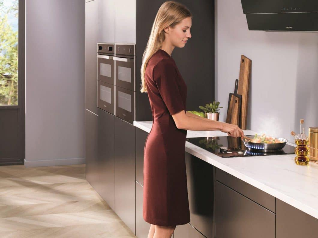 Der Samsung Dual Cook Flex-Ofen fügt sich in puristischem Design in jede moderne Küchenzeile ein: Kunden können zwischen Edelstahl, schwarzem Edelstahl oder schwarzem Glas wählen. (Foto: Samsung)