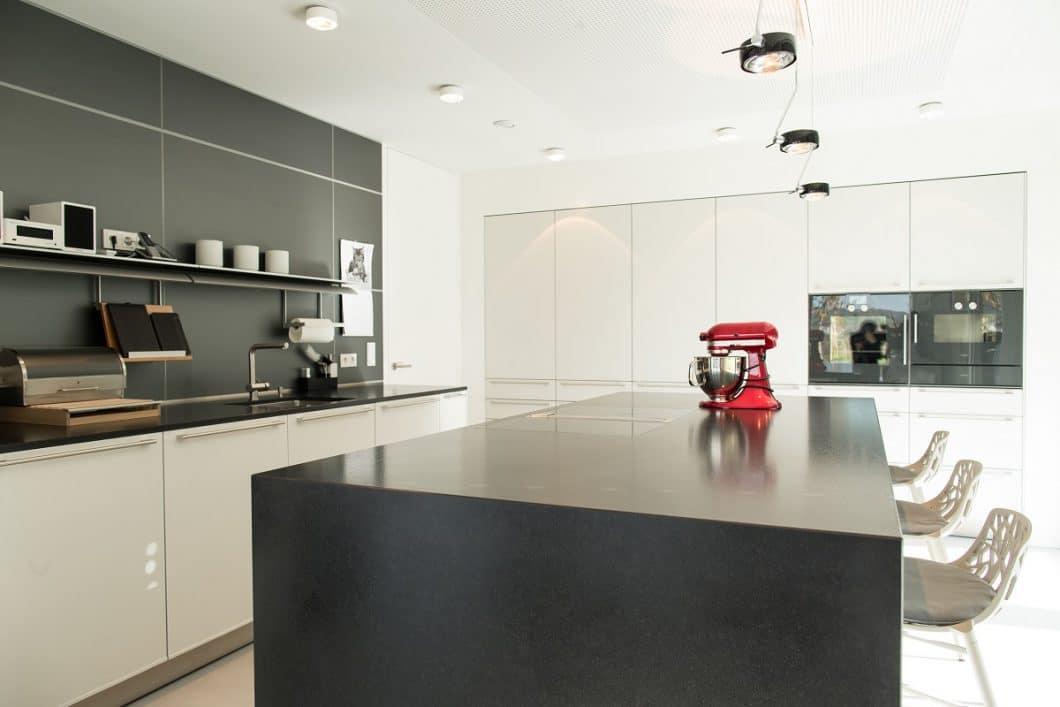 Dieser helle freundliche küchenraum einer bulthaup b3 bietet seinen besitzern extrem viel stauraum ohne wuchtig zu wirken