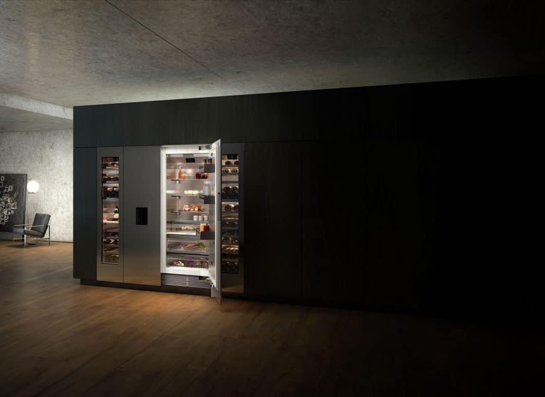 Die Module der Gaggenau Vario Kühlgeräte-Serie 400 lassen sich beliebig kombinieren und in einer imposanten Kühlwand nebeneinander platzieren. (Foto: Gaggenau Hausgeräte)