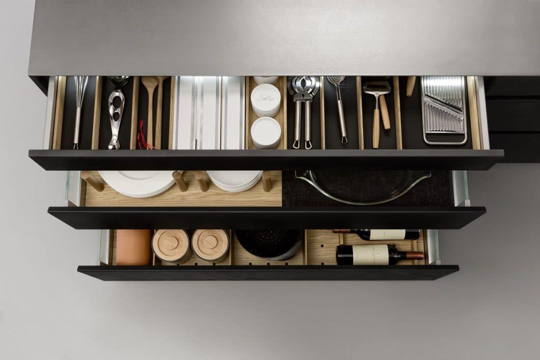 In der Küche wird viel Stauraum benötigt. Mit den richtigen Methoden kann die Kücheneinrichtung durch ausreichenden Stauraum optimiert werden. (Foto: LEICHT)