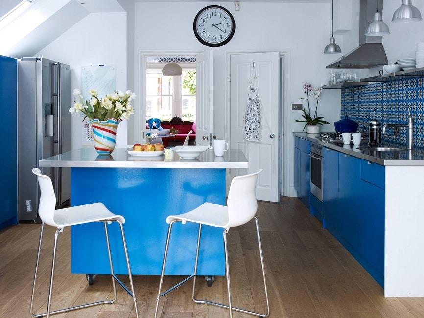 blaue traditionelle kueche blue gloss blaue rueckwand designer aegis interiors. Black Bedroom Furniture Sets. Home Design Ideas