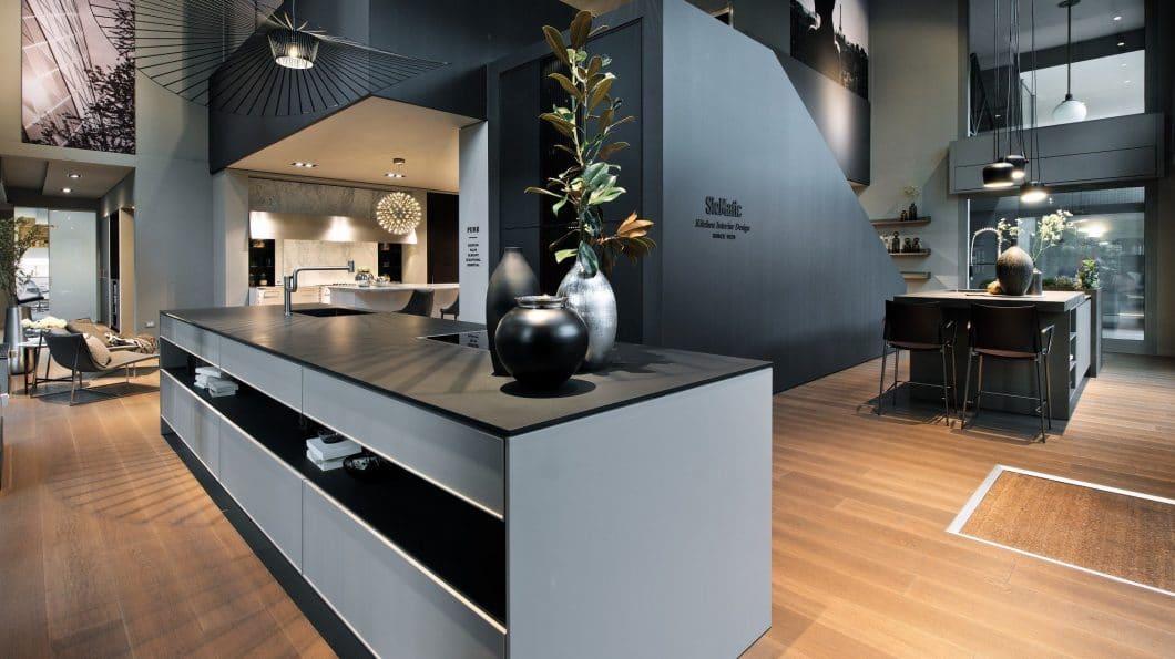 Auf der Eurocucina 2018 präsentiert SieMatic eine Hommage an die grifflose Küche: Das Konzept von 1960 und 1988 wird erneut überdacht, überholt und modernisiert. Das hat Tradition in der Firmengeschichte. (Foto: SieMatic)