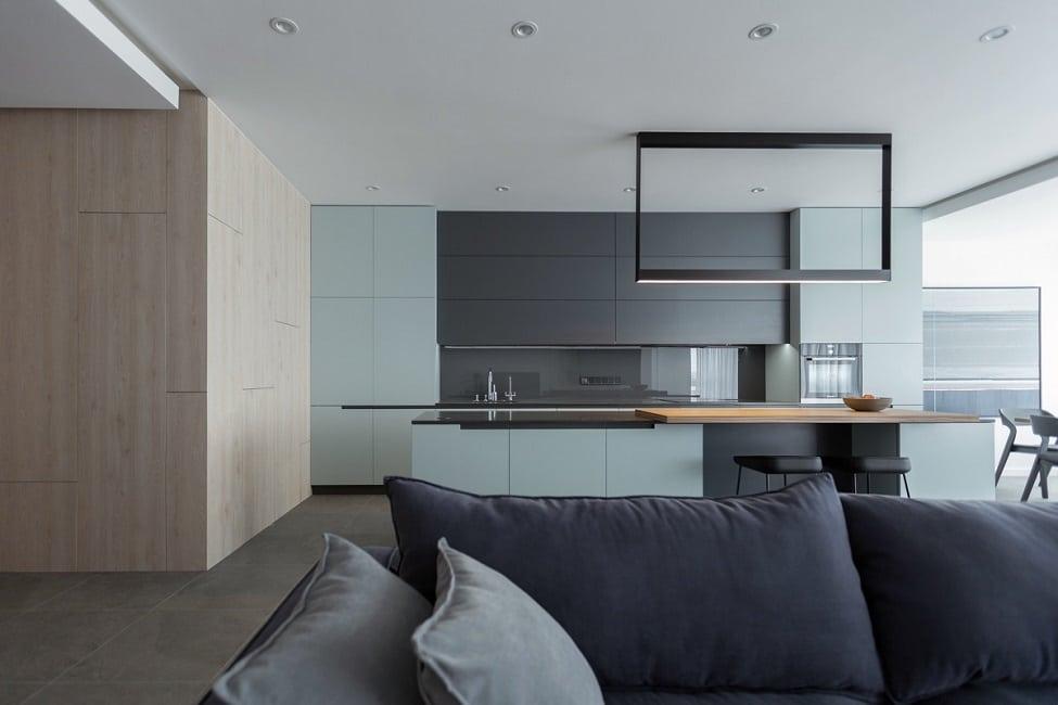 Modern minimalistisch und aufgeräumt kommt diese hochelegante küche in minze schwarz lackmatt und massivem