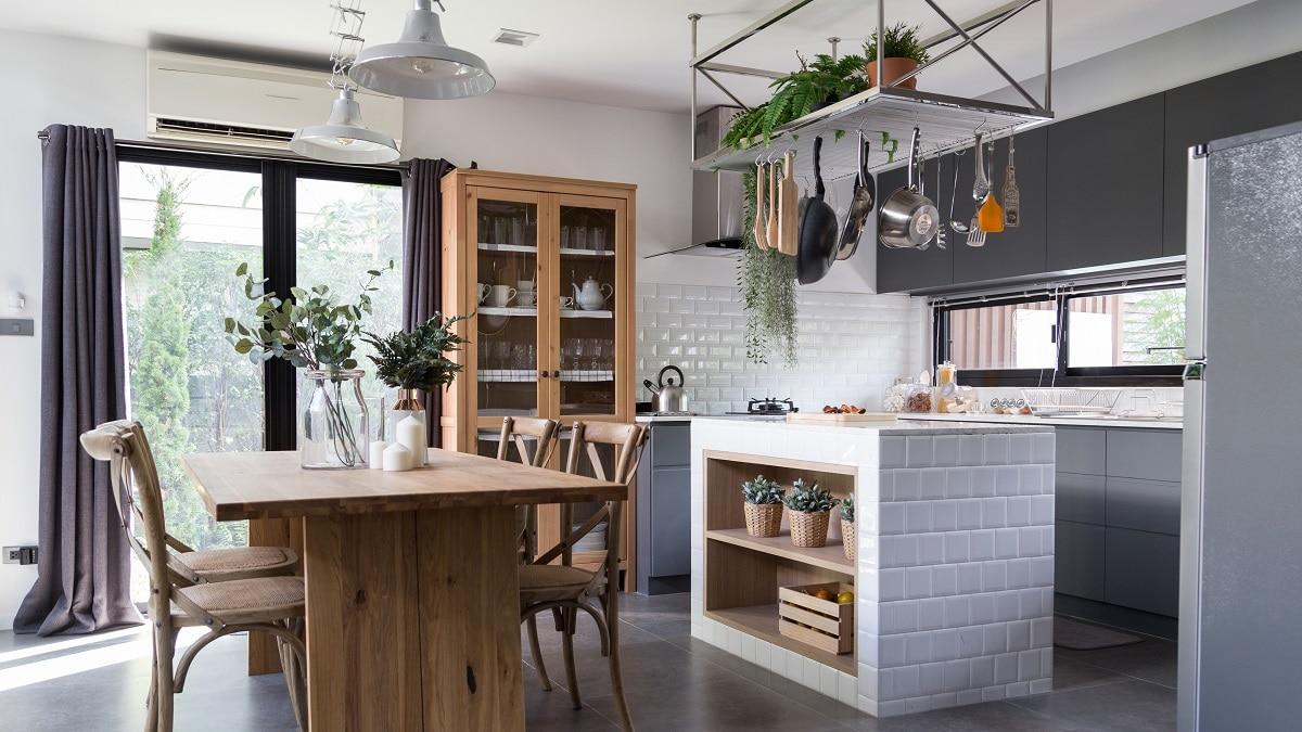 Diese eindrucksvolle Landhausküche lässt keine Wünsche in Sachen Geradlinigkeit und Eleganz offen. Der imposante Küchenblock mit integrierter Bar verleiht dieser großflächigen Küche einen mondänen Akzent. (Foto: Stock/Adobe/bmak)