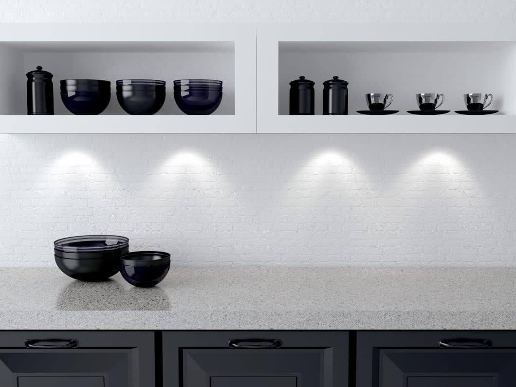 Sogenanntes Akzentlicht setzt ausgewählte Spots auf Stellen in der Küche, die betont werden sollen - z.B. raffinierte Objekte in Vitrinen oder einen Oberschrank als Ganzes. (Foto: stock)