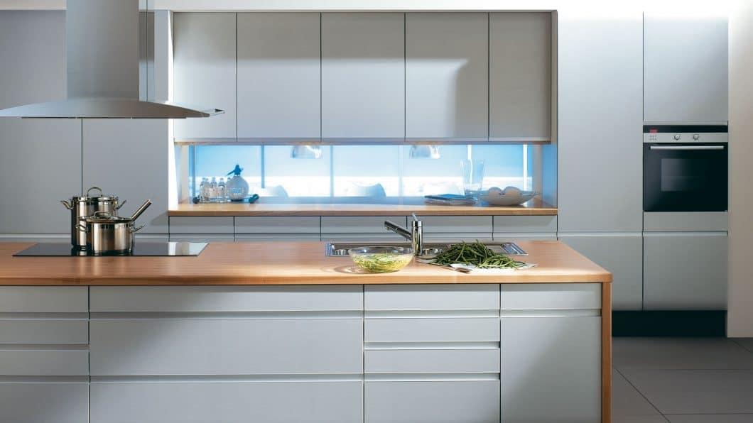 Im Millenniumsjahr 2000 legt SieMatic zum 40. Geburtstag der 6006 das legendäre Modell neu auf: Die grifflose Küche und weitere Merkmale werden beibehalten und modernisiert. (Foto: SieMatic)