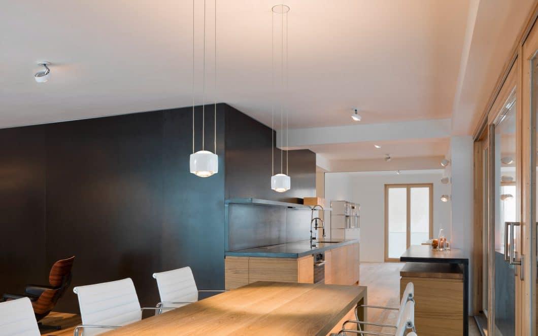 Es ist besser, verschiedene Quellen als Licht in der Küche zu nutzen, als wenige Hauptstrahler für verschiedene Bereiche. (Foto: Occhio)