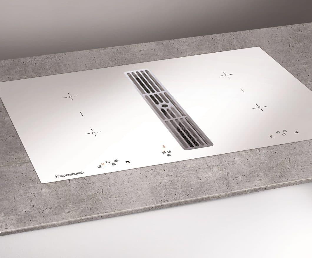 Das filigrane Induktionskochfeld in Weiß mit Muldenlüftung kam 2017 bereits sehr gut an bei Küppersbusch-Kunden. Es funktioniert über eine Slim Touch-Technologie, die auf präzises Antippen reagiert. (Foto: Küppersbusch)