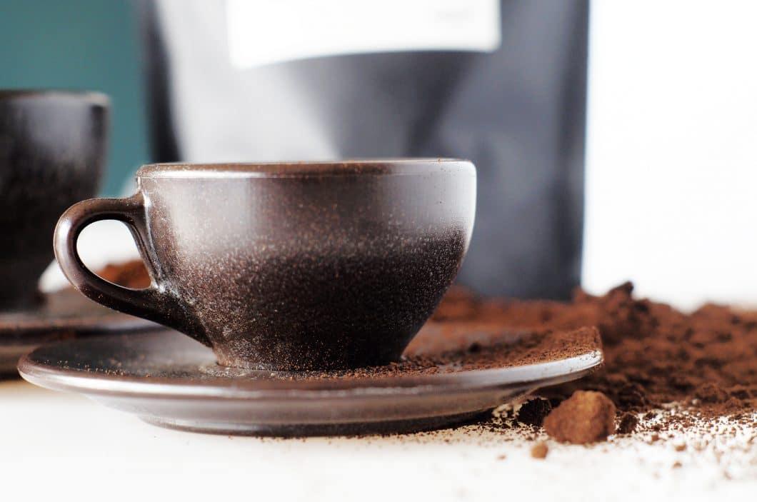 Jede Tasse wird mit einer passenden Untertasse angefertigt und ist aufgrund ihrer Marmorierung und Formung ein absolutes Unikat. Mehrere europäische Großstädte sind bereits auf den ökologisch wertvollen Zug aufgesprungen. (Foto: Kaffeeform)