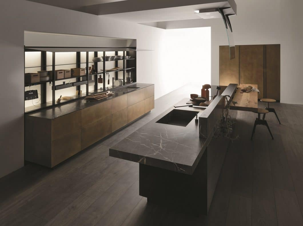 Die Artematica von Valcucine erhält ein besonders elegantes Makeover: Sie ist nun auch mit Fronten in Messing Antik erhältlich, die einen glanzvollen Küchenraum schaffen und von einer Arbeitsplatte in grauem Naturstein abgerundet werden. (Foto: Valcucine)
