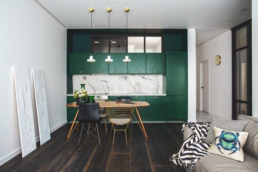 Die grüne Küche mithilfe von vier Haupt-Einrichtungselementen elegant und modern gestaltet. (Design: Oksana Dolgopiatova)