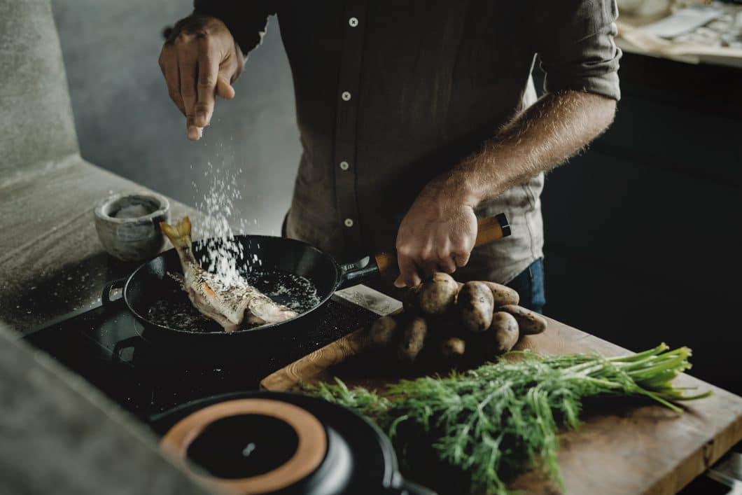 Mit dem Gusseisen-Kochgeschirr Norden des finnischen Herstellers Fiskars holen Sie sich das nordische Lebensgefühl in die heimische Küche. (Foto: www.fiskars.com)