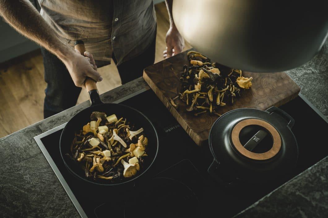 Aufgrund der magnetischen Eigenschaft von Eisen ist das Norden-Kochgeschirr auch für Induktionsherde besonders gut geeignet. (Foto: www.fiskars.com)