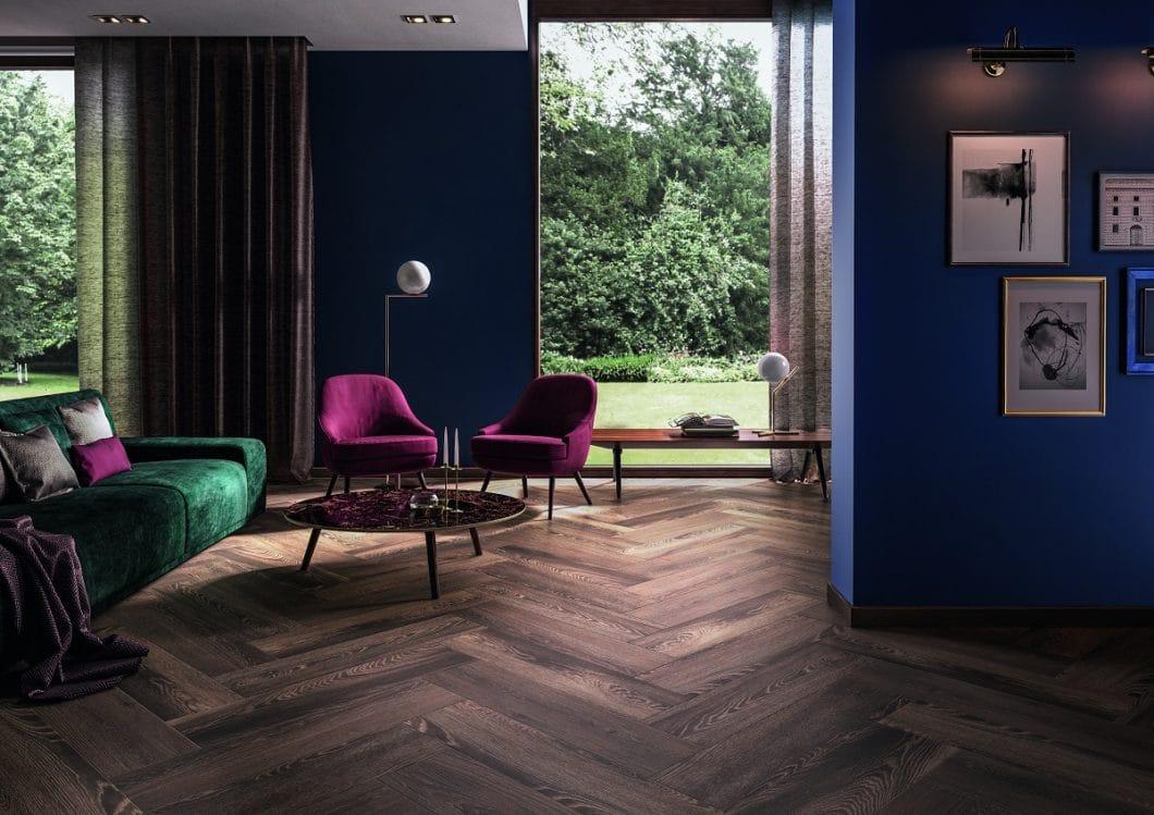 """Beeindruckend und kaum zu glauben: DIeser """"Holzbodenbelag"""" für einen offenen Wohnbereich ist in Wirklichkeit ein handfestes Feinsteinzeugkonzept. (Foto: Villeroy & Boch)"""
