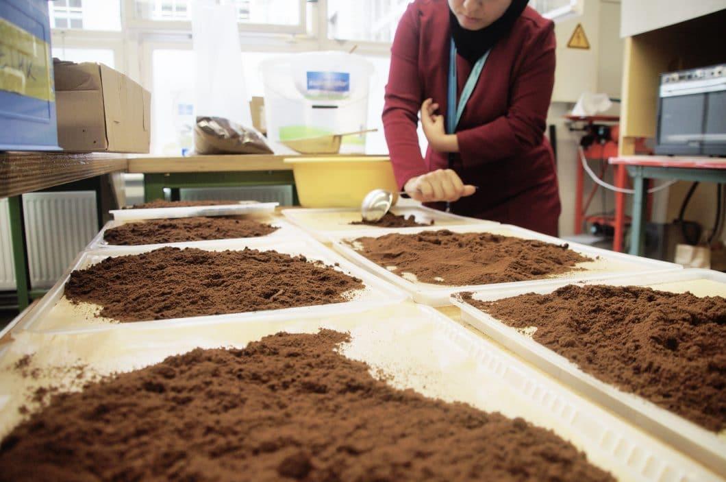 Der Herstellungsprozess: Kaffeesatz wird lokal in Cafés und Restaurants eingesammelt und in der Fabrik zusammen mit mehreren Rohstoffen zu einem Granulat gepresst. Dieses Granulat kann zu den leichtgewichtigen Tassen weiterverarbeitet werden. (Foto: Kaffeeform)