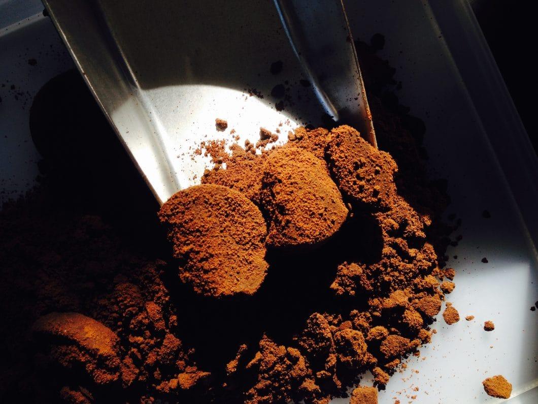 8 Millionen Kilo Kaffeesatz fallen tagtäglich in europäischen Cafés und Haushalten an. Ein bisher unentdeckter Rohstoff, den ein noch junges Start-Up nun nutzen möchte - auch der Umwelt zuliebe. (Foto: Kaffeeform)