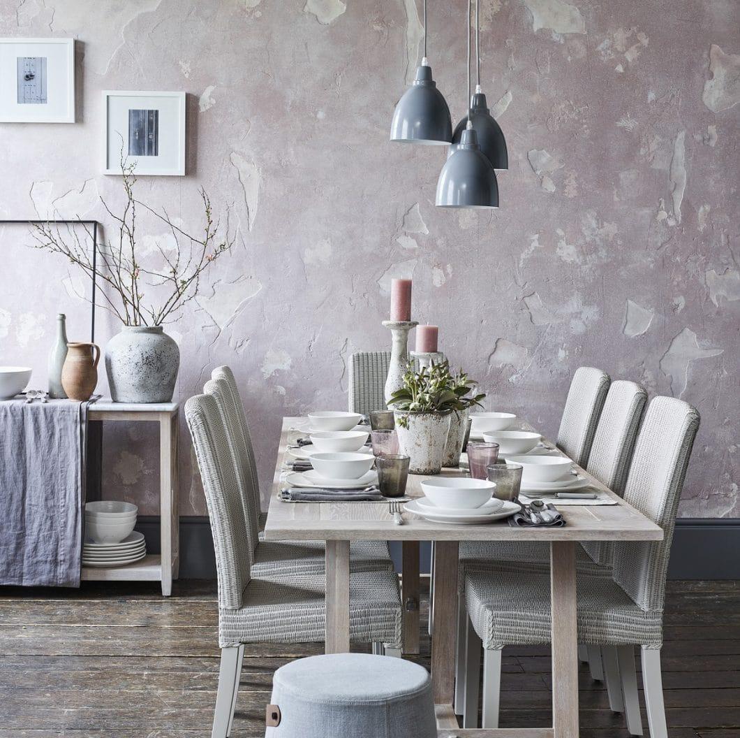Die Farbe bildet einen sanften Übergang von Küche zu Essbereich und kann als Wandfarbe, Polstermöbel oder Accessoires in den Raum eingebunden werden. (Foto: Neptune)