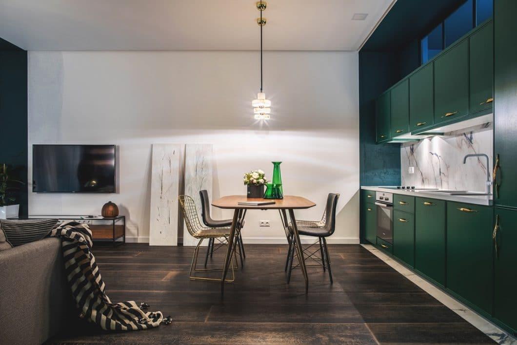 Grün und Gold sind wie füreinander gemacht. Die Farben schmeicheln sich gegenseitig und bilden auch bei dieser Küche eine ausdrucksstarke Verbindung. (Design: Oksana Dolgopiatova)