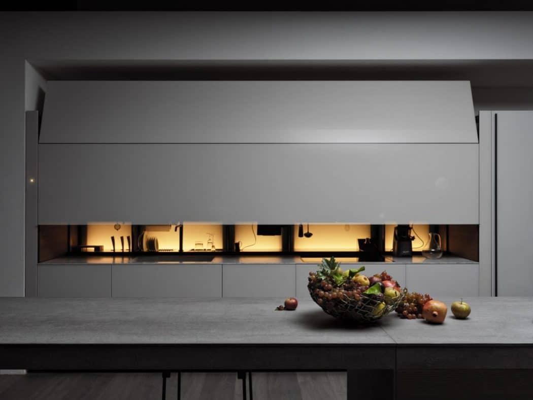 Mit nur einem Fingerwink hebt und senkt sich die zierliche und doch schwere Glasabdeckung der Valcucine Logica Celata. Das elegante System V-Motion zählt zu den größten Neuheiten der italienischen Küchenhersteller. (Foto: Valcucine)