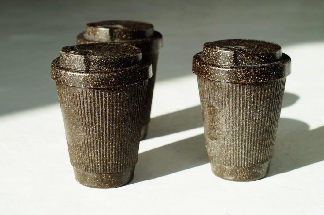 Seit kurzem gibt es auch handliche Coffee-to-go-Becher aus Kaffeesatz, die nicht nur gut aussehen, sondern auch gegen den Plastikmüll-Wahnsinn unserer Wegwerfgesellschaft angehen wollen. Auch sie sind abwasch- und wiederverwendbar. (Foto: Kaffeeform)
