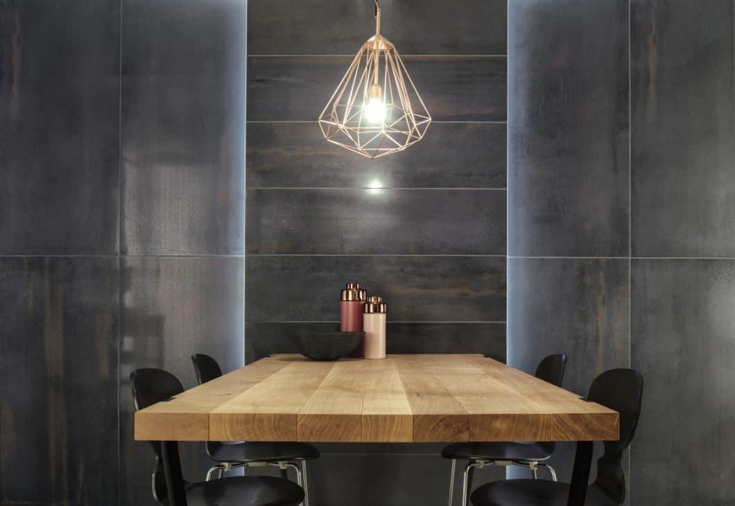 """Mit dem angesagten Beton- und Rosttrend spielen die Küchenfliesen von """"Metallic Illusion"""". Die rustikalen und doch elegant-matten Fliesen sind durch ihre organische Einfärbung ein Unikat im Küchenraum. (Foto: Villeroy & Boch)"""