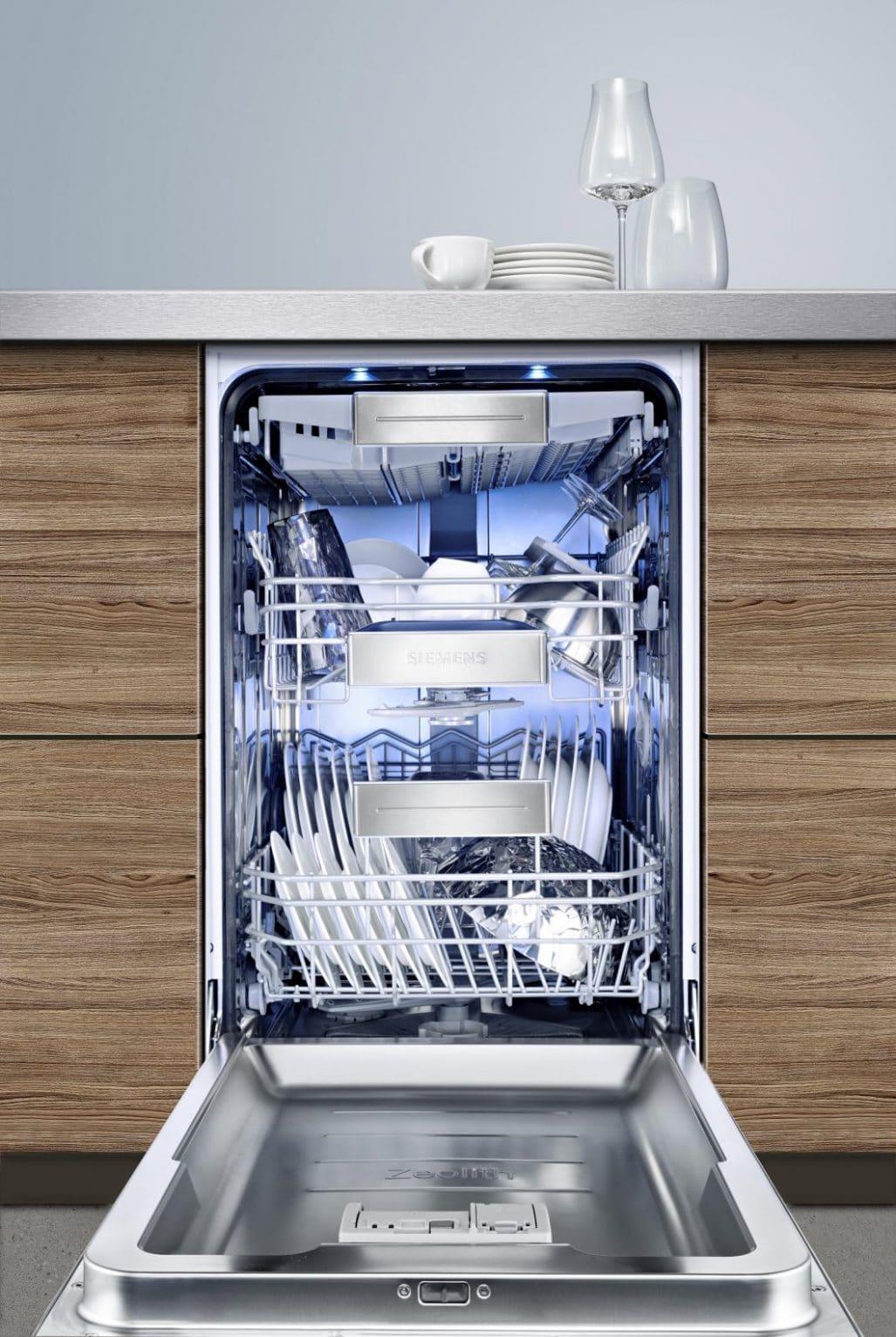 Siemens Geschirrspüler können in der normalen Breite von 60 cm, aber auch in der schmalen Variante von 45 cm Breite erworben werden. In beiden ist die innovative Zeolith®-Airflow-Technologie integriert. (Foto: Siemens Hausgeräte)