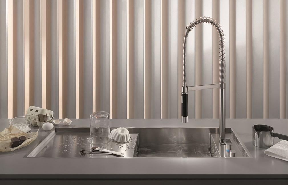 Die elektronische Lösung der eUnit Kitchen von Dornbracht besteht bereits seit 2013. Über ein Display lassen sich Wassermenge und -temperatur individuell einstellen. (Foto: Dornbracht)