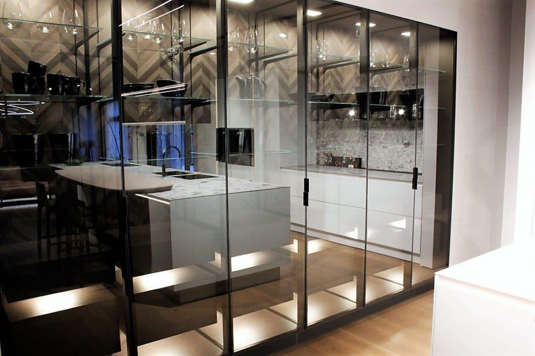 Die Vitrine ist zurück - dieses Mal in der Küche, mit hochwertigem Glas als Sichtschutz und Ausstellungsfläche zugleich. Der Übergang zum offenem Wohnraum wird dadurch leichter und ästhetischer gestaltet. (Foto: Susanne Scheffer)