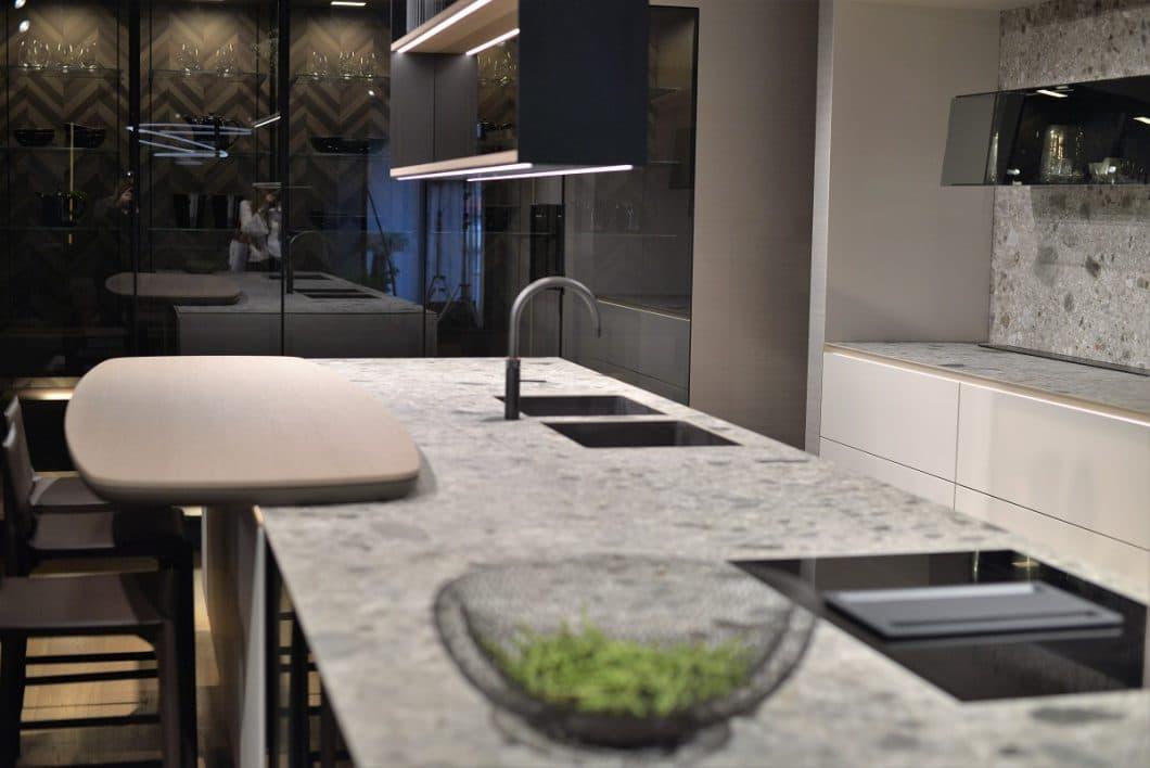 """""""Die Perfektion der Reduktion"""": So elegant können möglichst minimalistische Küchen aussehen. SieMatic lebt das neue Konzept. (Foto: Sophie Engelhard)"""