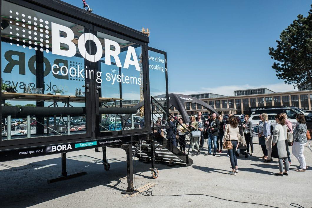 Das zukunftsorientierte Unternehmen BORA bot den Besuchern ein ganz besonderes Erlebnis: Im gläsernen Kubus ging es hoch hinaus. 30 Meter hoch über München schwebend, durften die Gäste ein ganz besonderes Lifestyle-Feeling erleben. (Foto: küchenwohntrends)