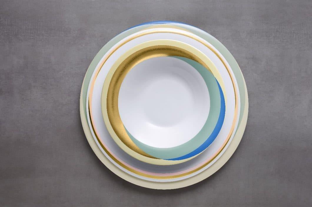 Die Geschirrserie Fluen Shifting Colors von Fürstenberg ist ein elegant geformter, bunter Blumenstrauß in Tellerform. (Foto: Fürstenberg)