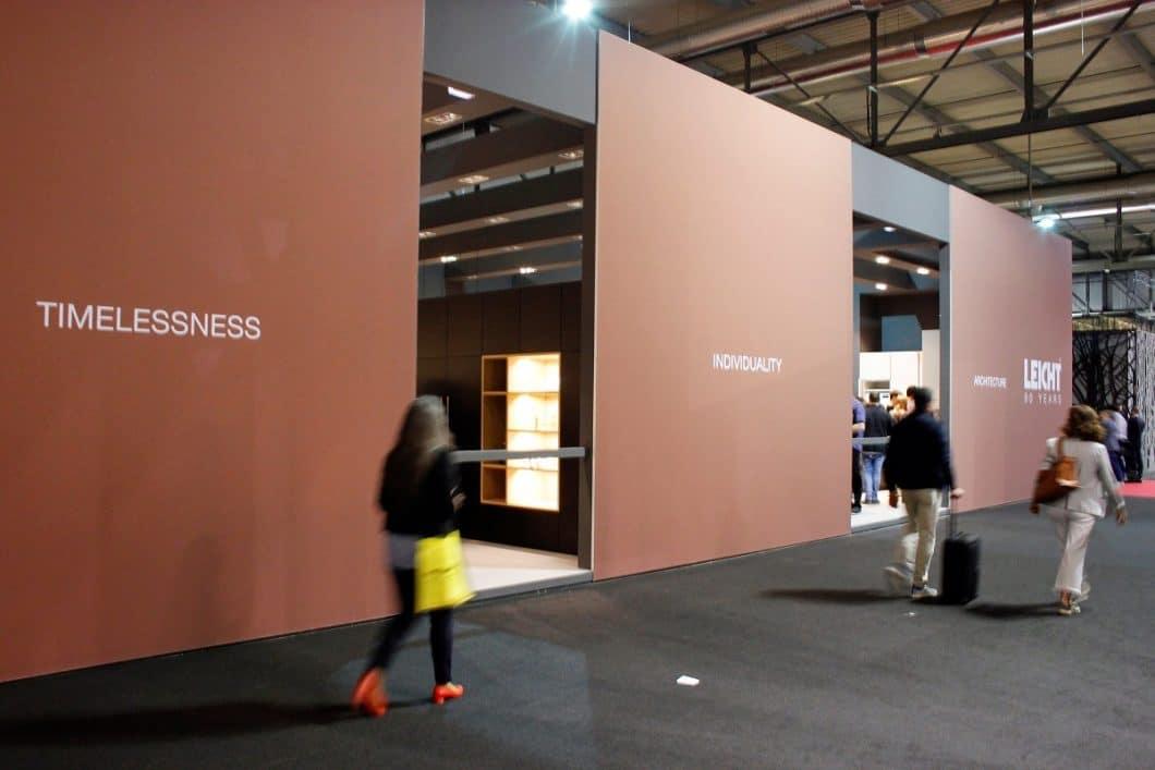90 Jahre LEICHT feierte das Unternehmen auf der EuroCucina - der Messestand: Außen eine Hommage an Les Couleurs® Le Corbusier, im Innenraum die Trendfarbe Schwarz. (Foto: Scheffer)