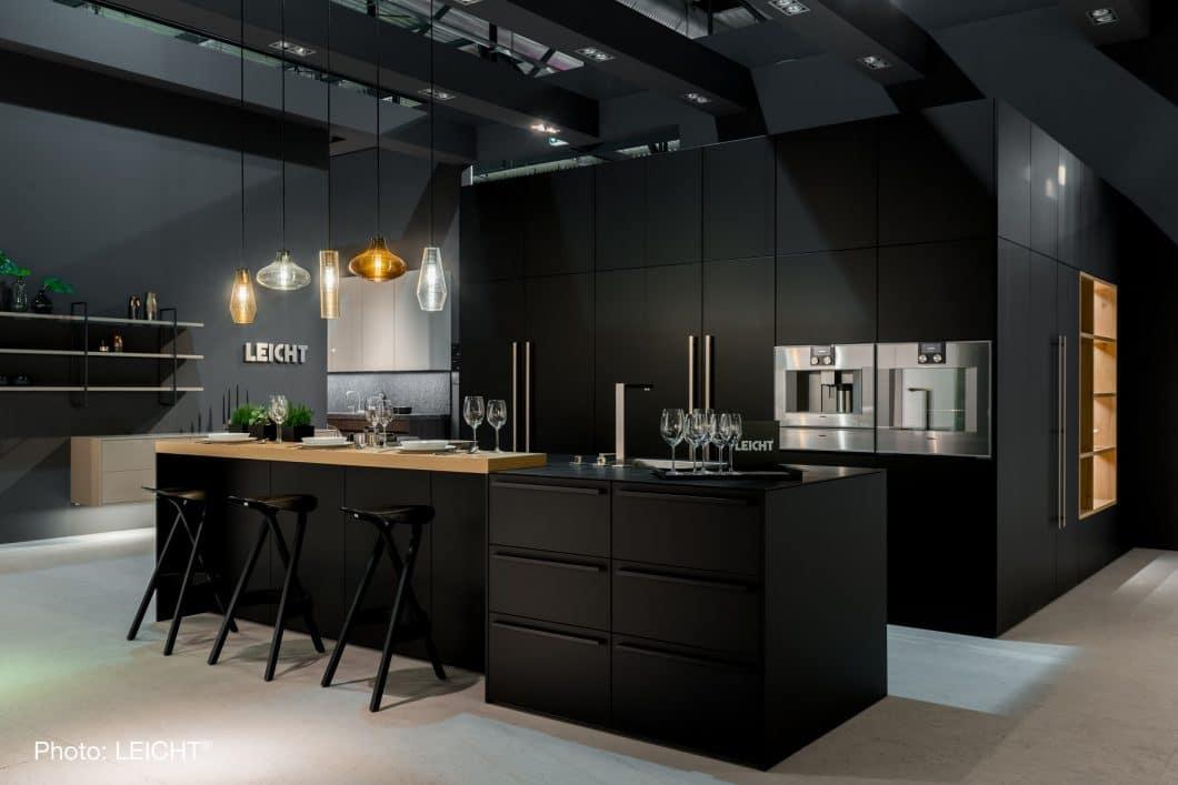Ein Blickfang in mondänem schwarz Mattlack: Der begehbare Wohnkubus von LEICHT ist neben seinem Pendant in Weiß nun auch in Dunkel erhältlich. (Foto: LEICHT)