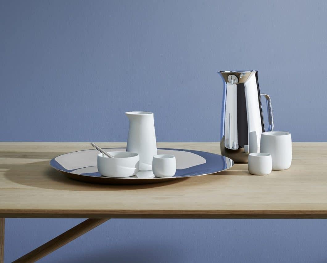 Stelton stellte seine exklusive Geschirrkollektion vor, die der britische Stardesigner Norman Foster entworfen hat. Mattweißes Porzellan und verspiegelter Edelstahl bilden ein glamouröses Ensemble. (Foto: Stelton)