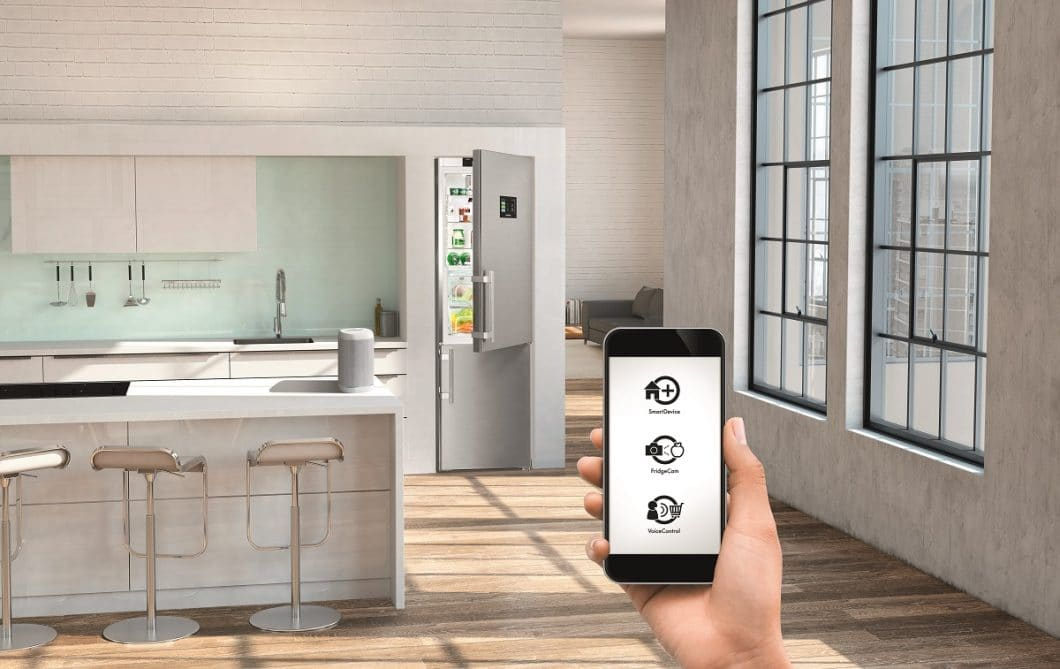 Mit einer App auf dem Smartphone können Benutzer der Kameras in Kühl- und Küchenschrank ihre Vorräte überprüfen und sogar Rezepte von beiden Bereichen erstellen lassen. (Foto: Liebherr)
