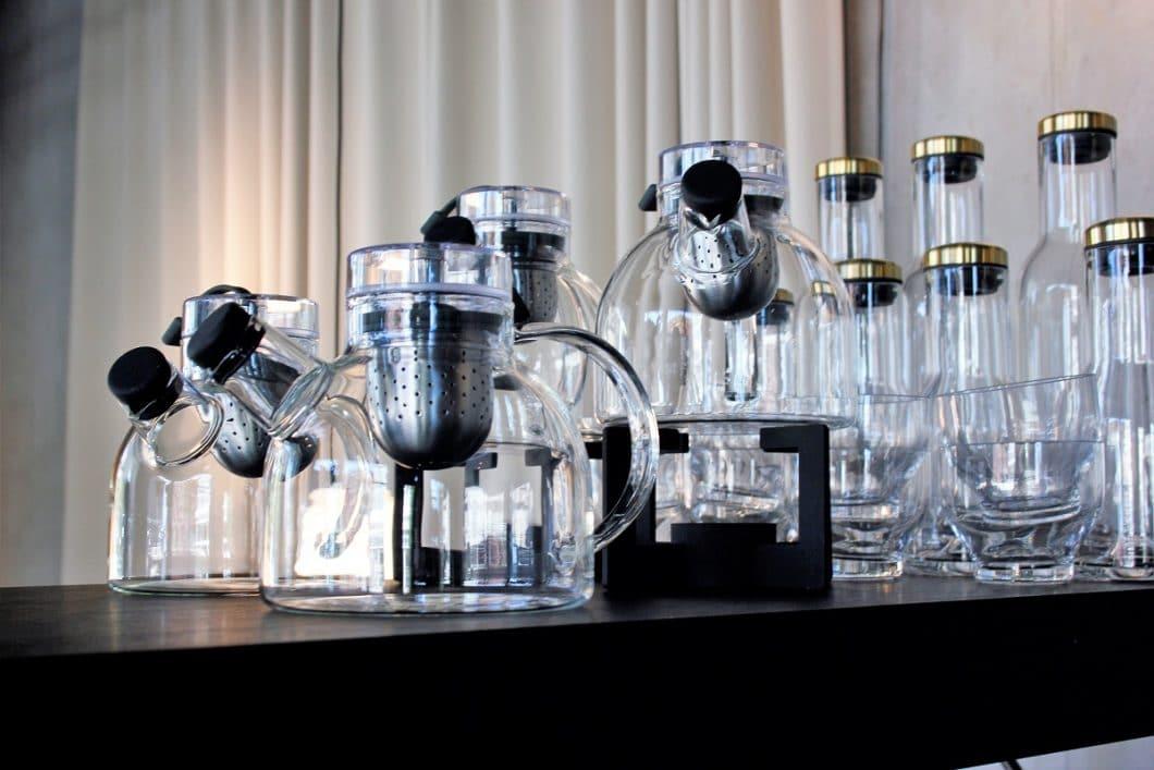 Zarte Teekannen und Karaffen, marmorne Spiegel, originelle Wecker: Die Liste an zeitlosen Küchenaccessoires von Menu ist lang. (Foto: Susanne Scheffer)
