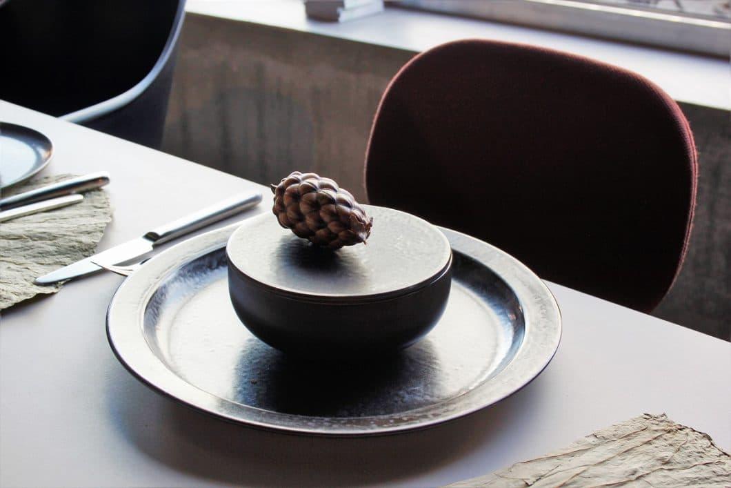 """Die Geschirrkollektion """"New Norm"""" des dänischen Labels Menu wurde ursprünglich für ein schickes Kopenhagener Restaurant kreiert. Mittlerweile können Kunden es sich in die eigenen vier Wände holen. (Foto: Susanne Scheffer)"""
