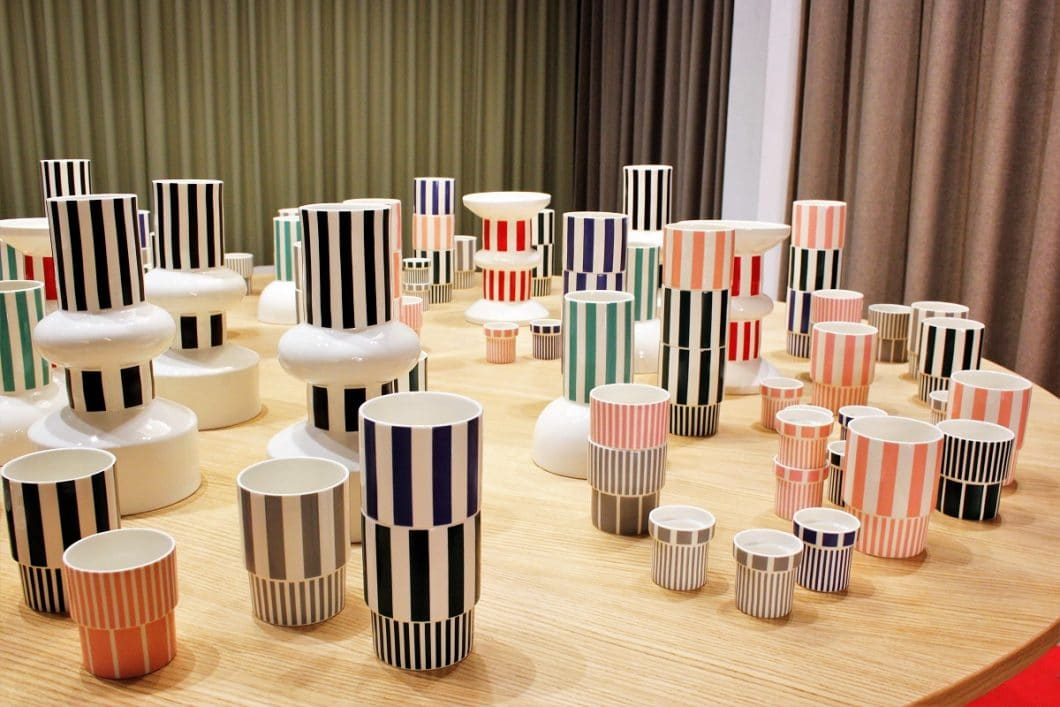 Wer's farbenfroh mag, kommt mit den herrlich bunt gestreiften Bechern und Tassen von Normann Copenhagen voll auf seine Kosten - und bietet tolles Designgeschirr für die nächste Gartenparty. (Foto: Susanne Scheffer)