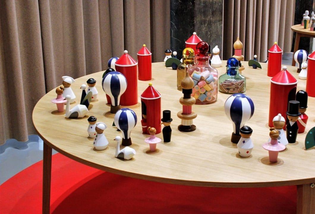 Bunte Holzaccessoires in Form von Spielzeugsoldaten, Ballerinas, Heißluftballons und Türmchen sorgen für ein fröhliches - und auch kindgerechtes - Design in der Küche. (Foto: Susanne Scheffer)