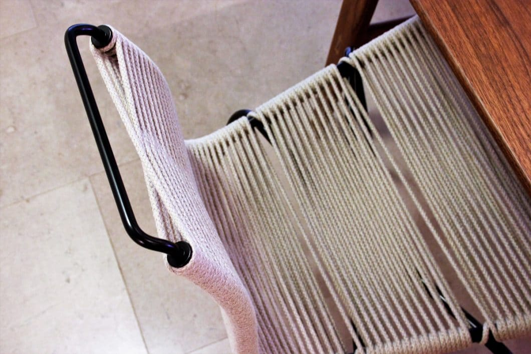 Hochwertige Materialien aus Holz, Stahl, Stoff und Ankerleinen werden zu eleganten, zeitlosen (Küchen-)Stühlen verwandelt. (Foto: Susanne Scheffer)